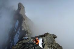 Tom Burette lors de la traversée du Zinalrothorn, descente par l'arête nord. Valais