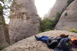 Sieste dans le massif des Agulles après une grande voie. Montserrat